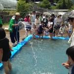 藤本勲会長特製プールで泥おとし